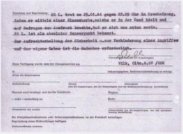 Der hinzugezogener Anstaltsarzt versorgt das Opfer - unterschreibt die Genähmigung nicht