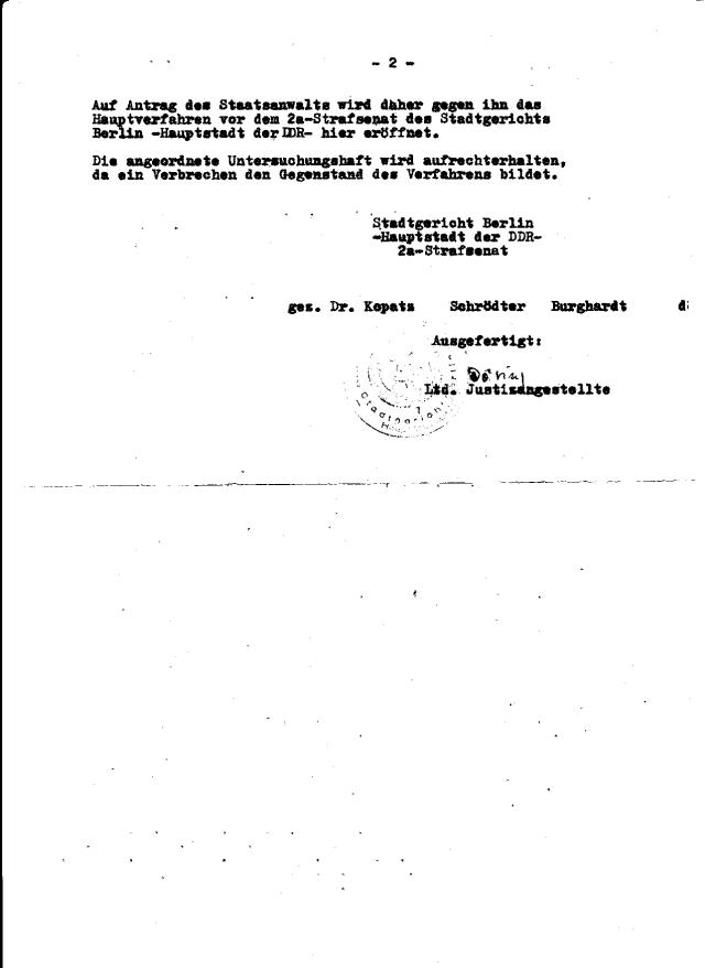 Auf Antrag  der Staatsanwältin Rosenbaum wird daher gegen ihn Hauptverfahren vor dem 2a -Strafsenat des Stadtgerichts  Berlin - Hauptstadt der DDR - hier eröffnet.