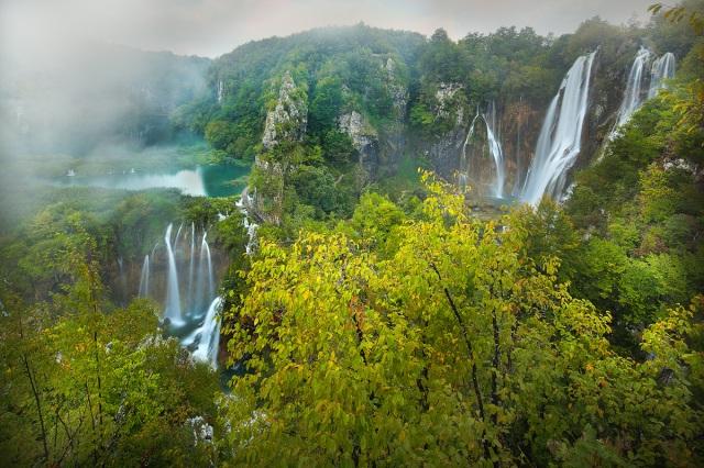 Der Fluss Matica  fallt über die letzte Bariere  und rechts stürzt der Bach Plitvica in die tiefe und bringen den Fluss Korana auf den Weg