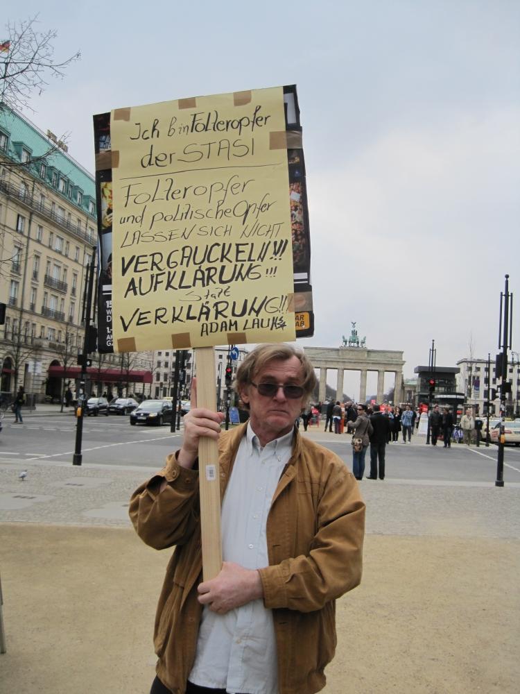 """Sein """"Bad im Volk"""" fand statt unter diesem Plakat .. er verschwand fluchtartig"""