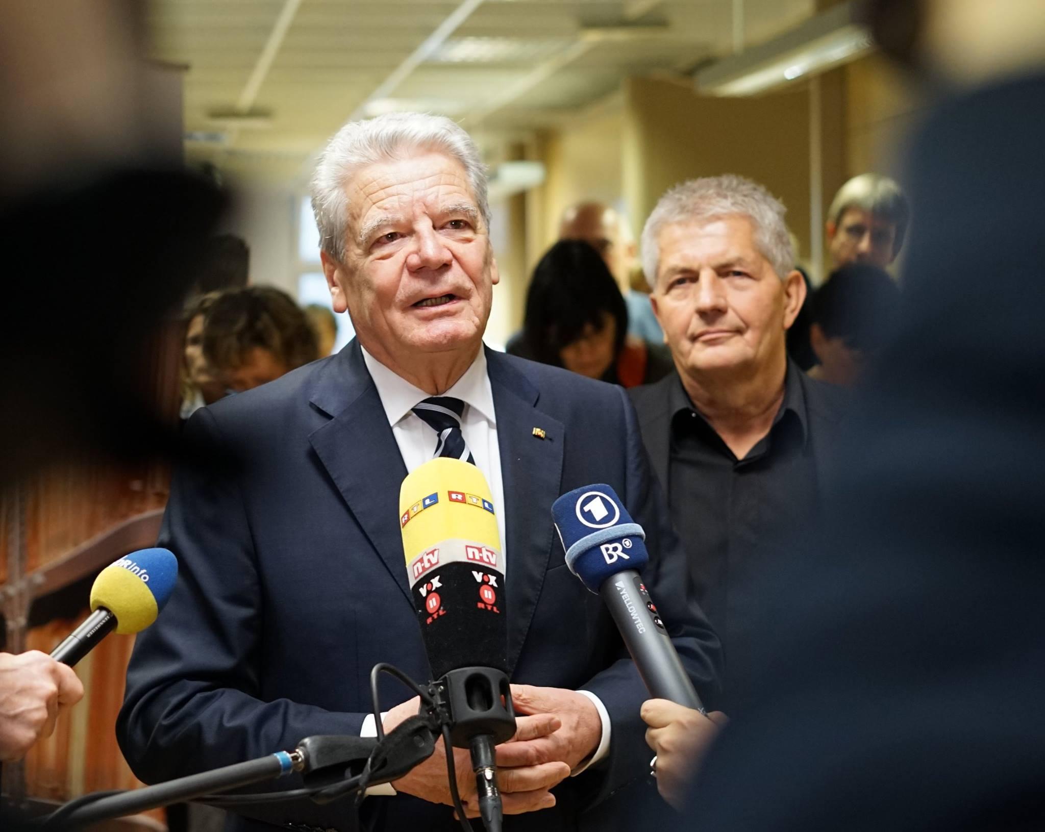Spitzel und Bereitschaftspolizist sollen der Welt und vergauckelkten Deutschen die DDR erklären