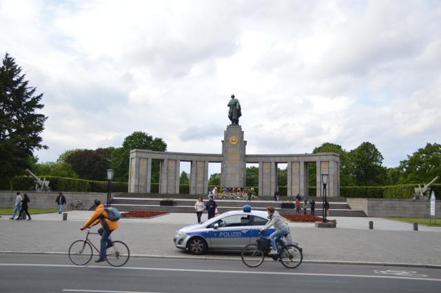 Ewige Ruhe,Ruhm und Ehre den gefallenen 80.000  sowjetischen Rotarmisten die vom 21.4 .-9.5.1945  bei der Befreiung von Berlin und Deutschlands vom Faschismus gefallen sind.