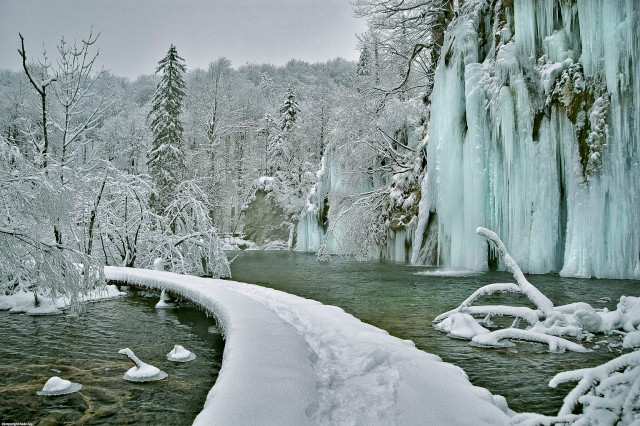 Walking along the frosen Waterfalls You´ll never forget !