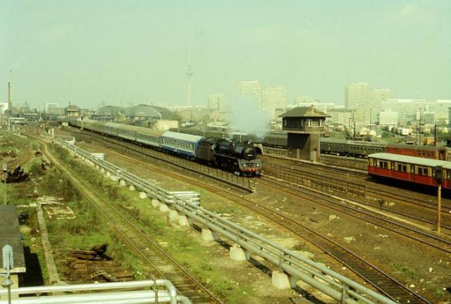 Der Zug kam pünktlich an  am 29.10.1985 um 01,40 Uhr... und ich wurde  mit Knebelketten eingestiegen; vier Mann saßen im Zugabteil bis der Zug anfuhr. Saß der STASI-Killer mit im Zug oder !?? Paranoja !?? Na, selbstverständlich!