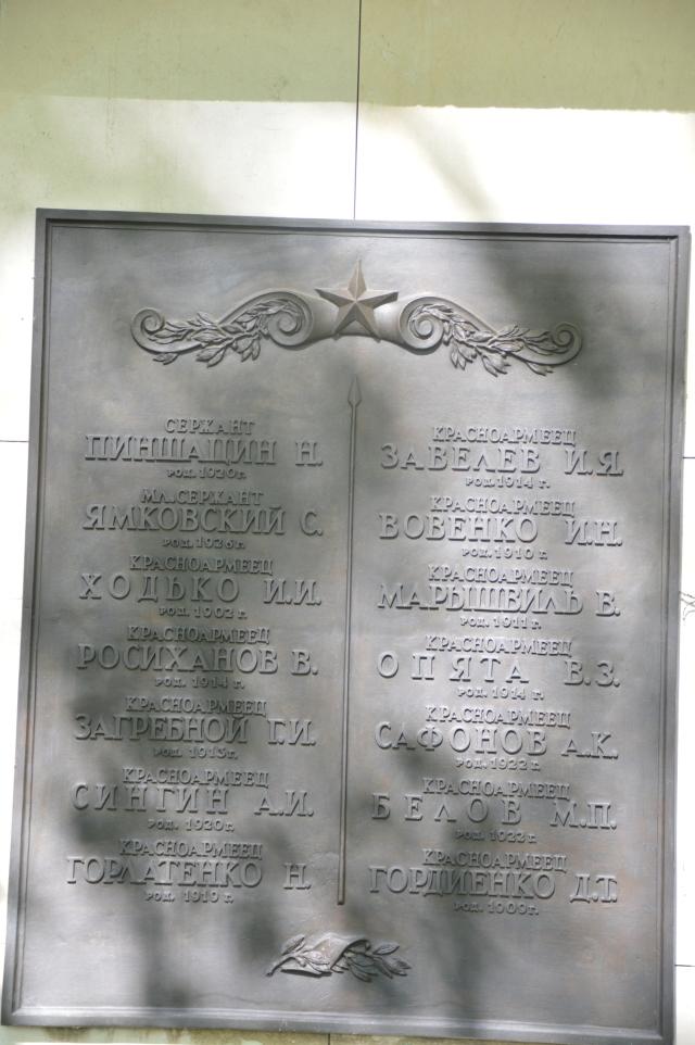 In einer unendlichen Reihe lagen die Gräber mit jeweils 14 oder 16 Rotarmisten