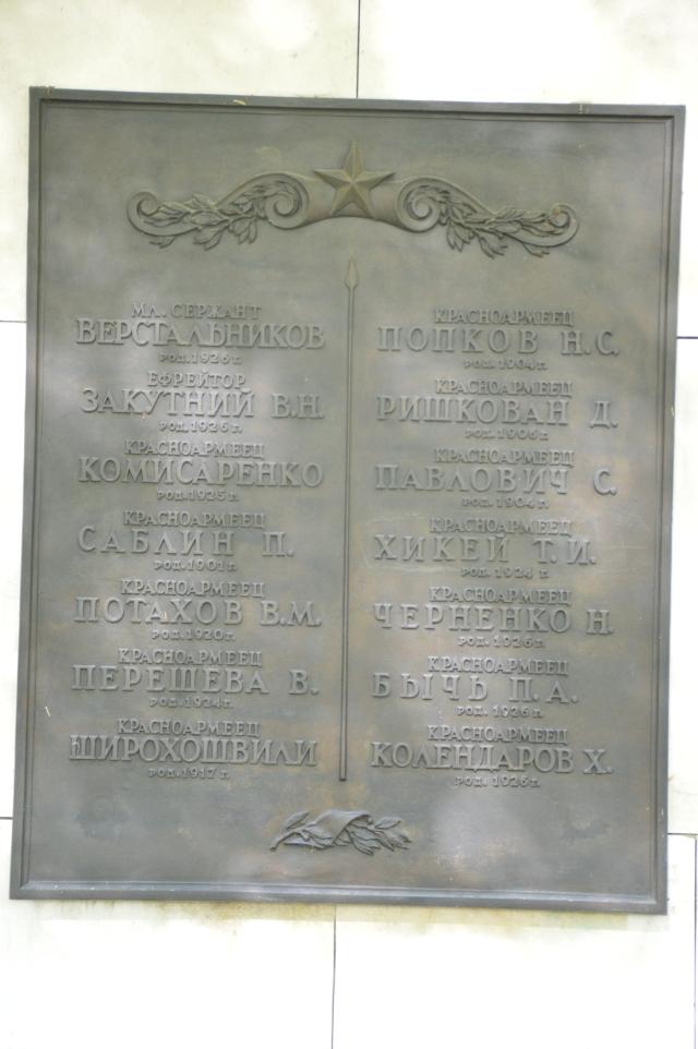 Es fielen so viele, weil Nazis die Sinnlosigkeit des Krieges und die Niederlage nach Desaster von Stalingrad nicht erkennen konnten...