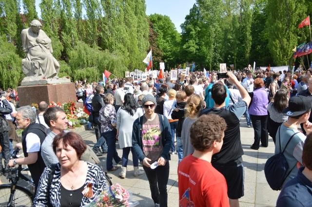 Die Menschen ströhmten noch am späten Nachmittag herbei und hielten die Bilder ihren Gefallenen oder verstorbenen Befreiern von Berlin  - die Bilder der Sieger und der Helden , und das war auch gut so.