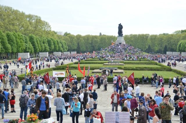 Tag der Befreiung von Berlin am 9.5.2015 in Berlin Treptow. Mit den hirnrissigen Einreiseverboten könnte sich die Merkel selbst eun Einreiseverbot nach Russland verdienen, wie das für den Gauck verhängt wurde: Persona non grata !