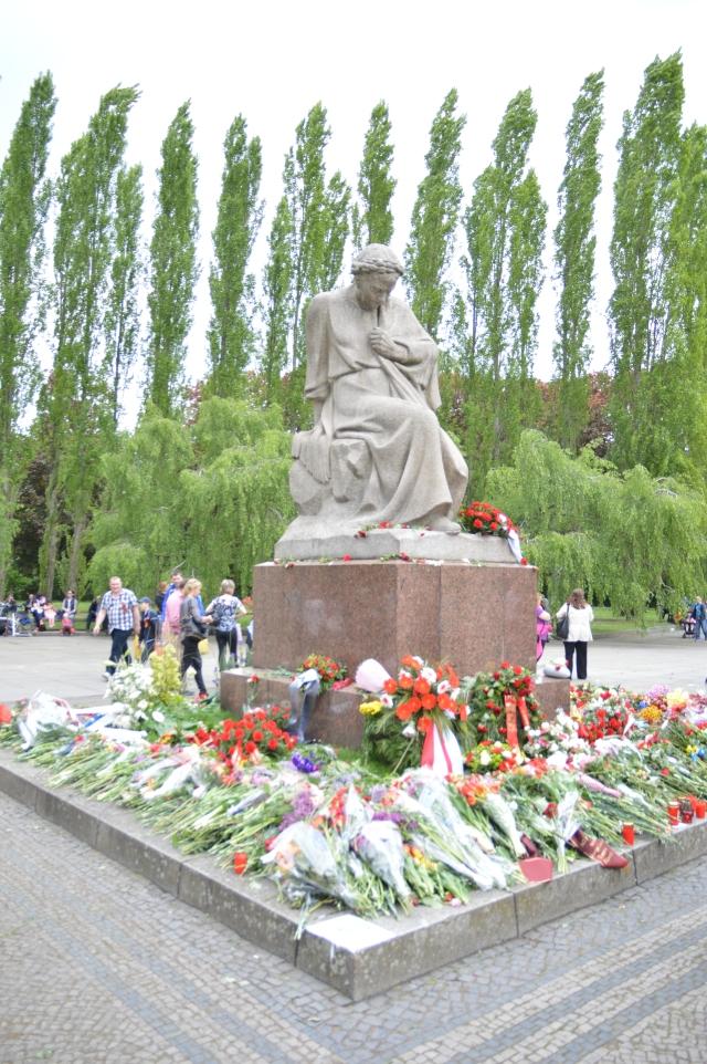 Die Ehrung der Toten und Gefallenen ist bei den Russen hat offensichtlich eine andere Wertstellung als bei uns Deutschen !
