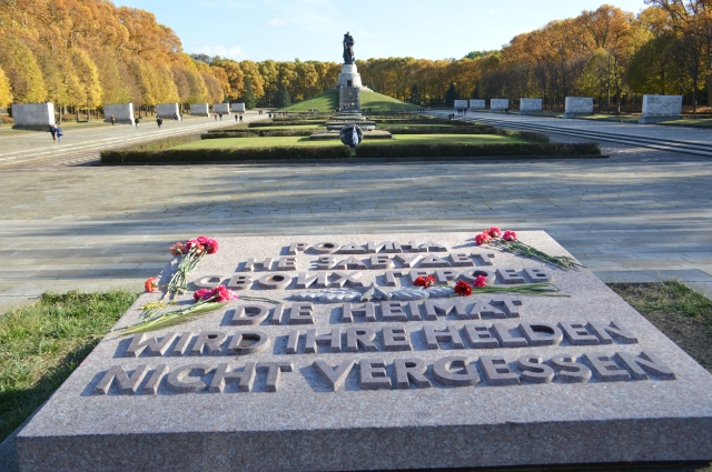 Zum 70. Jahrestag des Sieges über Hitlers Horden erstrahlte die Marmorplatte im neuen Glanz um zu mahnen, zu ehren und zu erinnern.