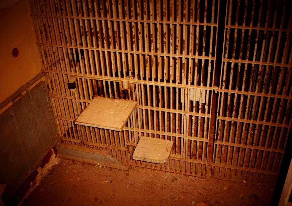 Tigerkäfig von innen in einem humanen zustand, vorausgesetzt der Zugang zum Bello und Waschbecken ist gewehrleistet.